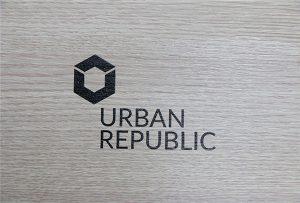 Imprimarea logo-urilor pe materiale din lemn de WER-D4880UV